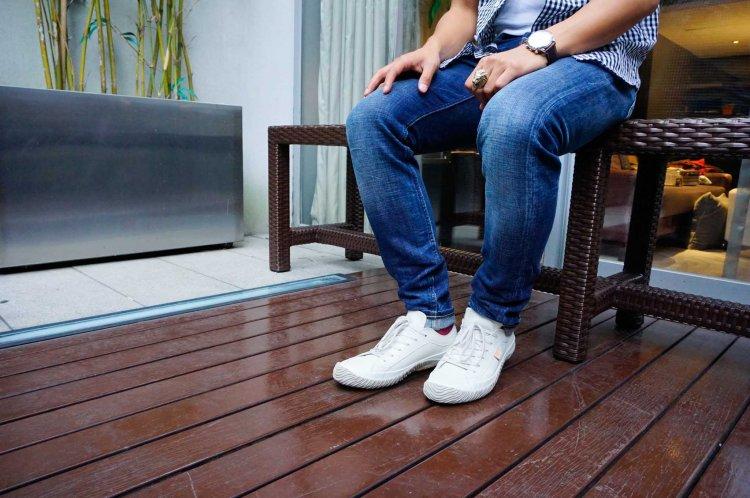 (不論深色或淺色的牛仔褲都能配搭Spingle Move的鞋。)