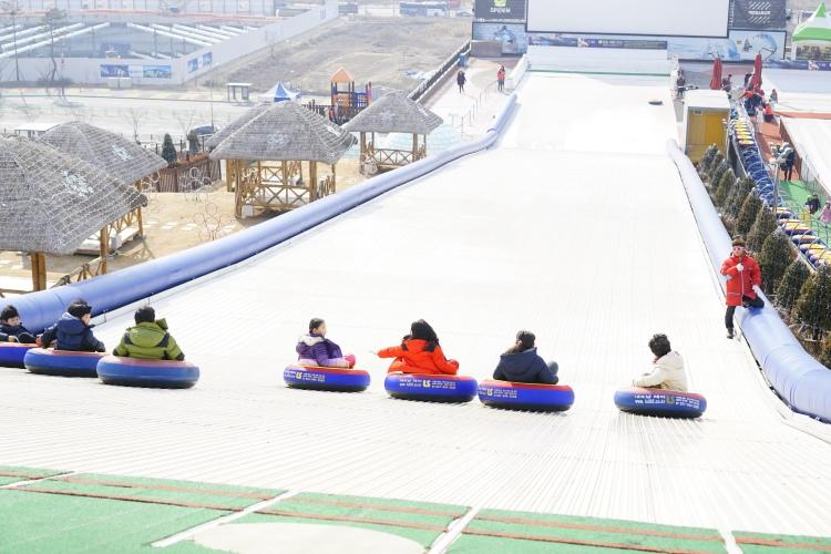 冬天在戶外玩雪兜滑梯也很刺激
