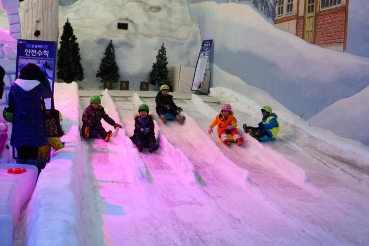 室內的冰世界遊樂場很受小朋友歡迎
